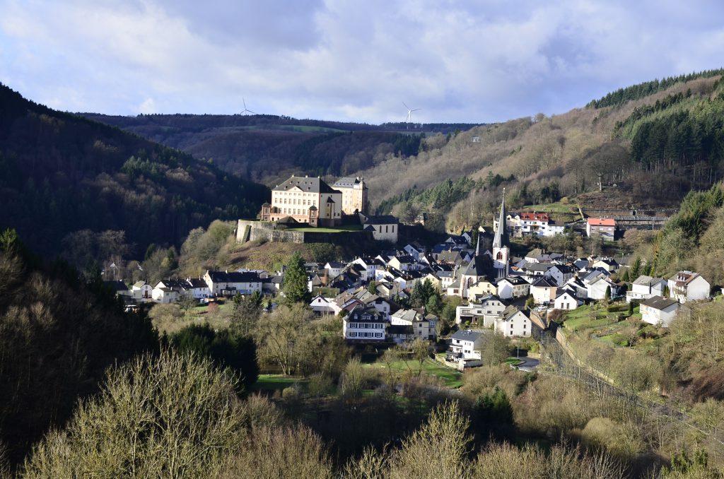 Blick vom Annenberg auf das Malberger Schloss (Foto: eifel-direkt)