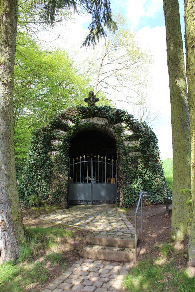 """Lourdes-Grotte Beilingen: einer von Herrn Dr. Streits """"places to be"""" (Foto: eifel-direkt)"""