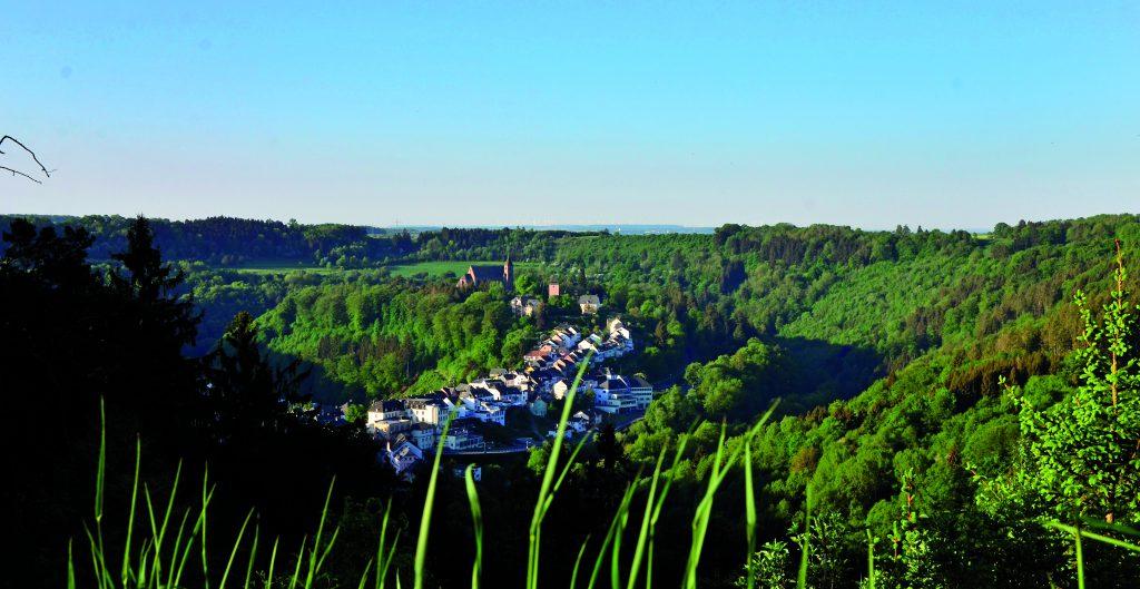 Blick vom Annenberg auf den Kyllburger Stiftsberg (Foto: eifel-direkt)
