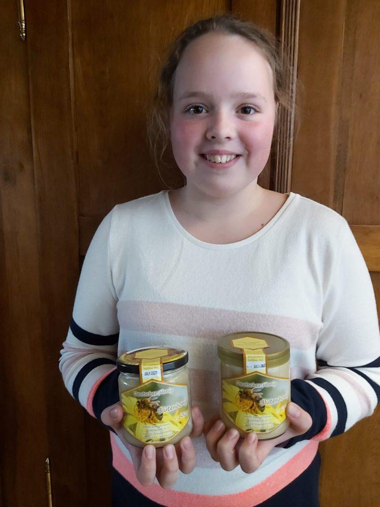 Leonie Kramm aus der 7a mit selbst hergestelltem Honig - lecker!