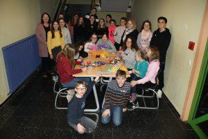 Die Ag Kinder-helfen-Kindern mit den CariKids, ganz links Frau Brigitte Richter-Weber